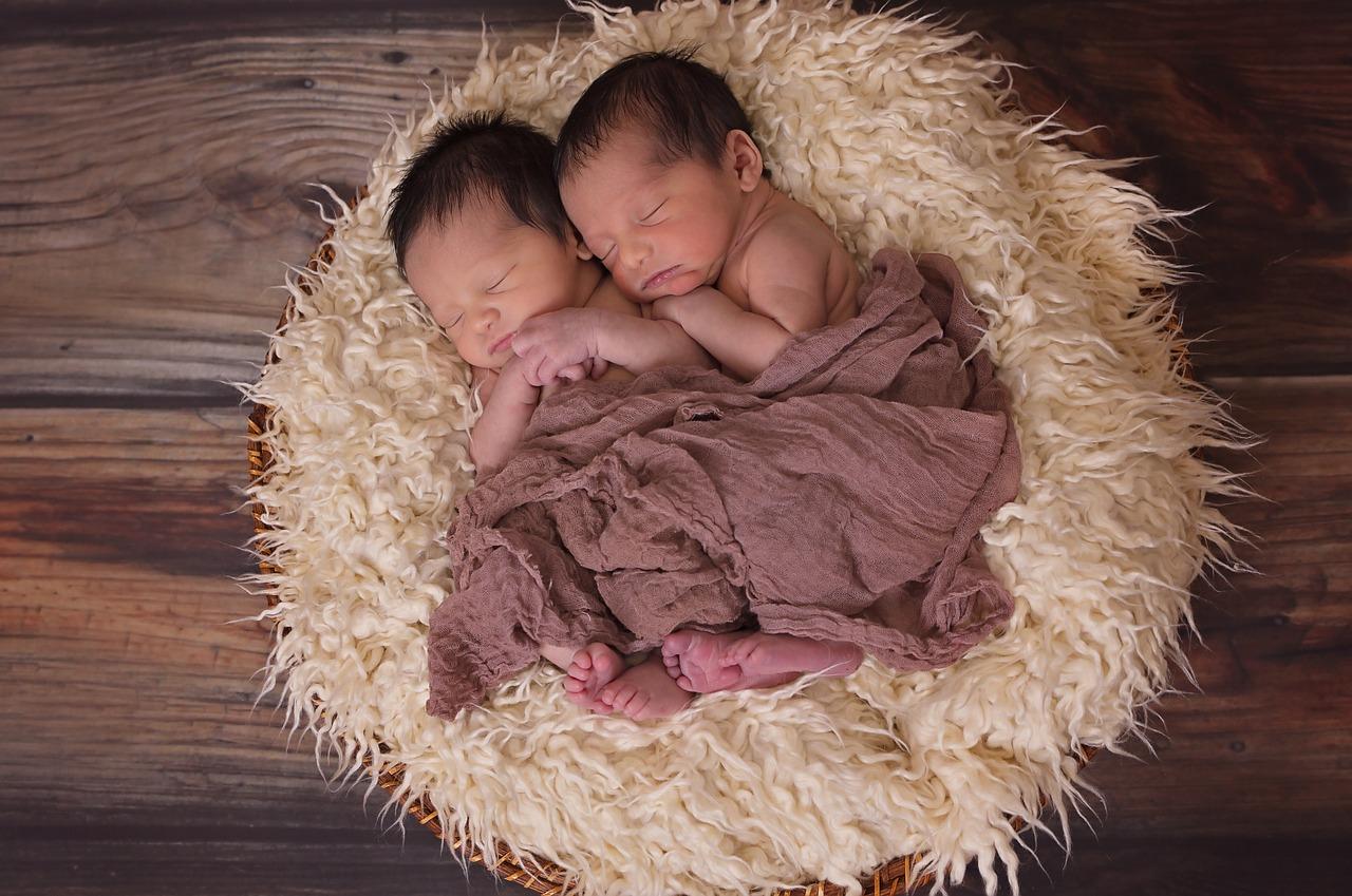 双子出生率は2倍に増えた!?双子が増加している遺伝子的理由と出産のリスク