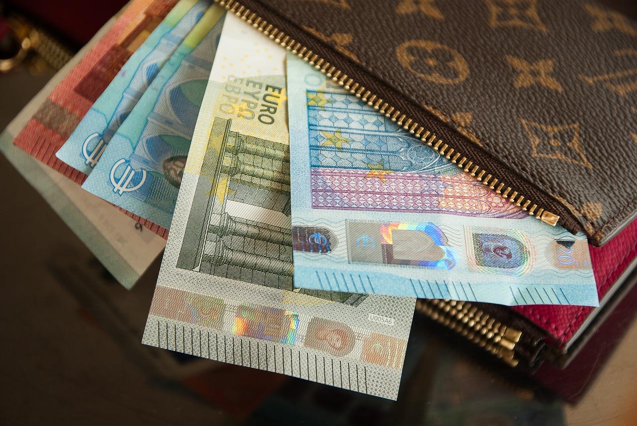 カップルに聞いた!デート中のお財布は分ける?それとも共同財布を使う?