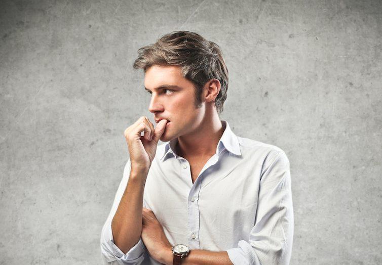 実は危険!?指を噛む癖を持つ男性の心理や性格的な特徴を解説!