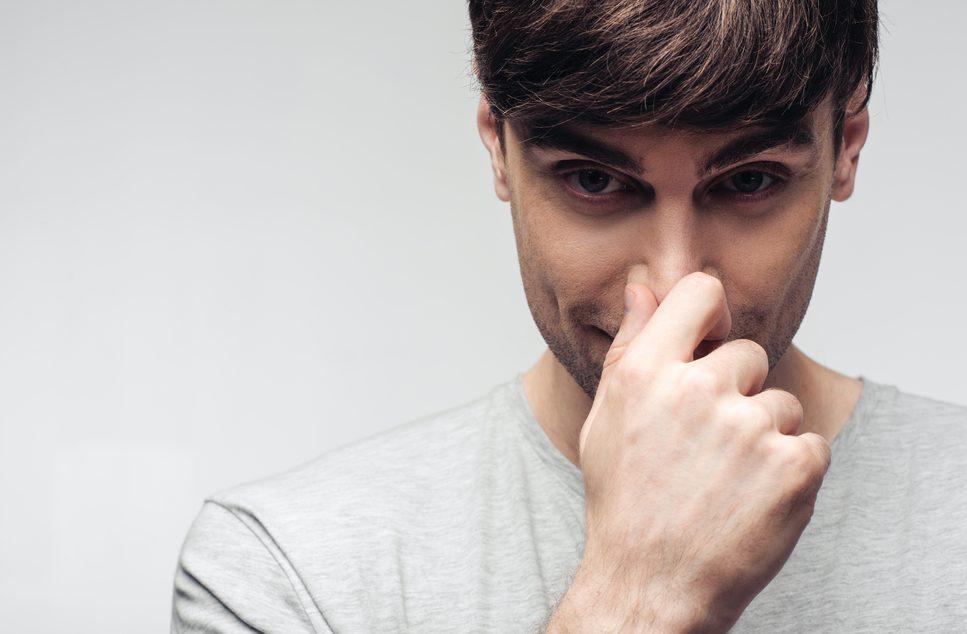 鼻を触る癖のある男性の特徴と心理とは?何気ない仕草に隠れる本心を解説!