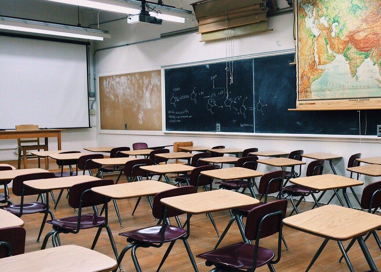 禁断の恋!?塾や学校の先生を好きになった時の注意点や対象法を解説!