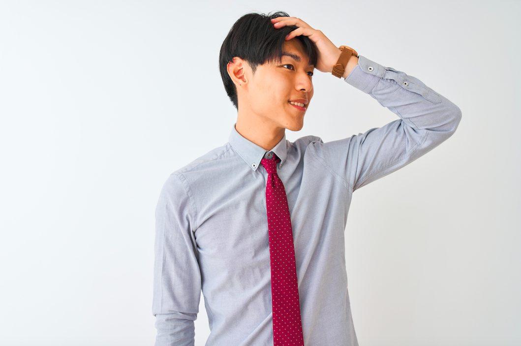 どうしても気になってしまう…いつも髪の毛を触っている男性の心理とは?