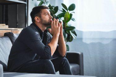 口元に手を当てる男性心理とは?男性の性格や特徴・上手な接し方を紹介!